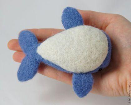 Купить или заказать Кит Китенок синий Кит из войлока морской стиль морская тематика в интернет-магазине на Ярмарке Мастеров. Китенок синий Кит из войлока морской стиль морская тематика. Китенок свалян вручную из 100% натуральной шерсти. Глаза - бусинки. Фонтан водных брызг сделан из проволоки, обмотанной х/б нитками. Эта деталь съёмная. Можно использовать в качестве игрушки детям под присмотром взрослых, а так же рекомендую в таком случае снимать 'фонтанчик' (в нём содержатся мел...
