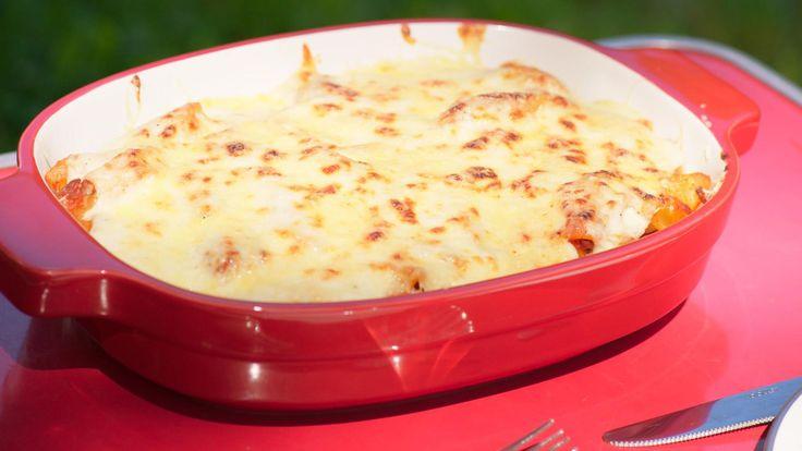Vandaag bereidt Jeroen comfortfood dat iedereen lust: een ovenschotel met pasta, bolognesesaus en kaassaus.