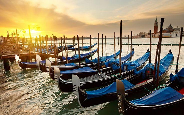 Velence tökéletes hely egy romantikus hétvégéhez, hiszen itt csatornák helyettesítik az utakat és az épületek az Adriai-tengerből olyan mintha varázsütésre nőnének ki. Velence időtlenségét mutatja az is, hogy a hely immár több száz éve vonzza az utazókat. Velence varázslatos élményt nyújt, mikor szerenád szól a csatornán való gondolázás közben, azonban ha valaki ezt nem kedvelné, a Szent Márk Tér kávézói is kellemes időtöltést kínálnak.