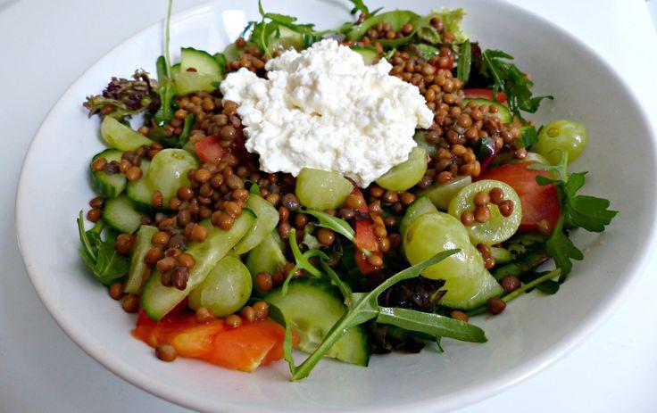 ** Salade linzen druiven huttenkäse tomaat komkommer gemengde sla