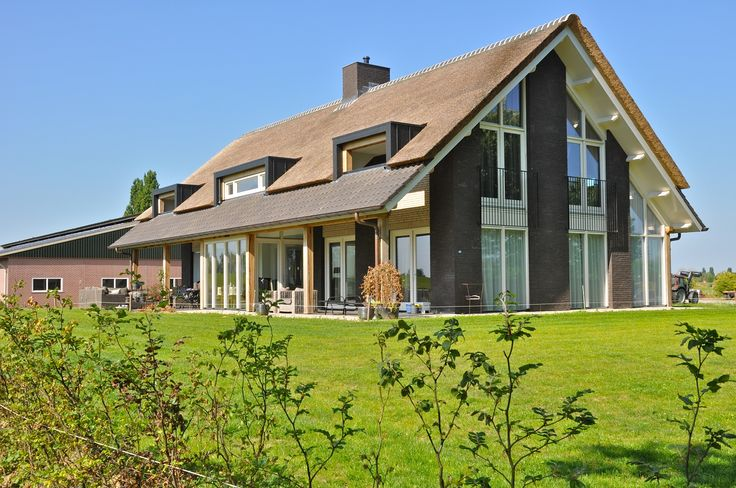 Woning met half riet, half pannen van riet voorzien door Pape Rietdekkers uit Gelderland. www.pape-riet.com