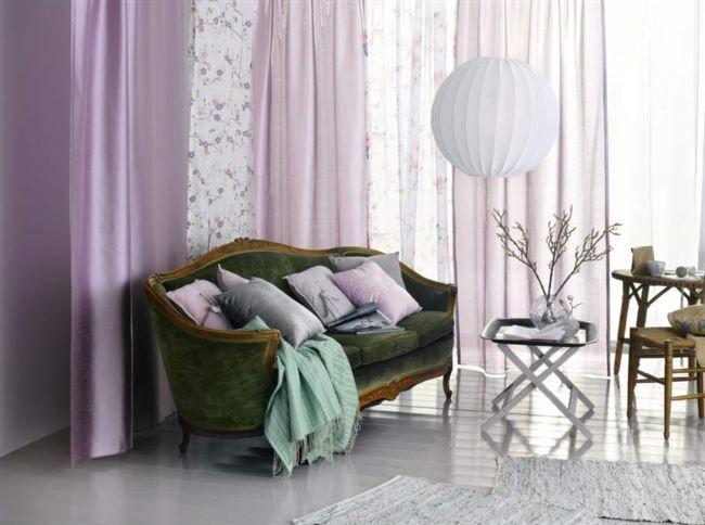 Årets färg är orkidé-lila. Här inspiration från Hemtex med gardiner i lila toner från 199-249 kronor. Kuddar, 199 kronor. Matta av mocka, 179 kronor. Glasvas, 199 kronor.