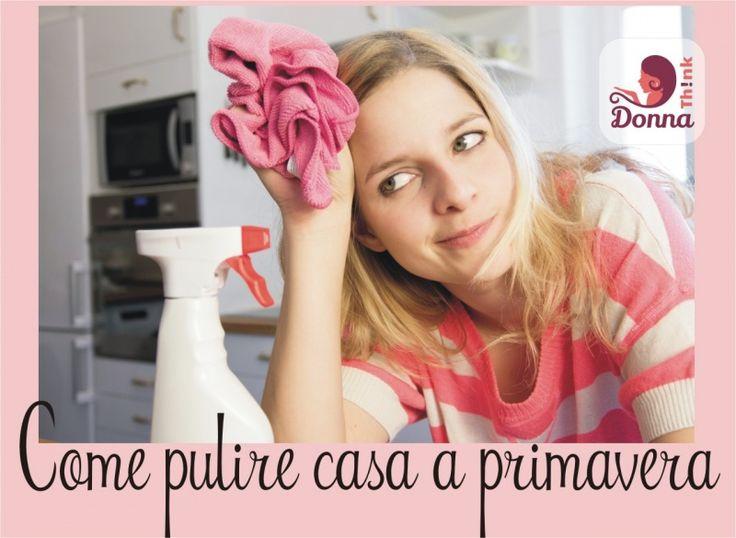 Come pulire casa a primavera donna capelli biondi lisci occhi verdi casalinga panno rosa maglietta righe spruzzino plastica bianca rosso cucina forno microonde mensole frigo