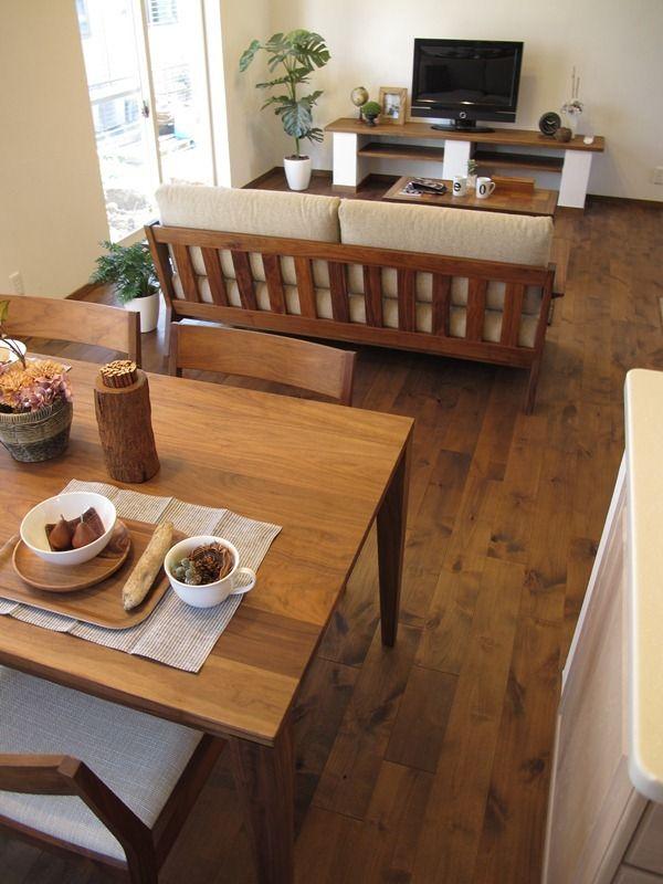 「アルダー材のウォールナット色の床材にウォールナット無垢材の家具で統一したLD空間をご紹介!」の画像