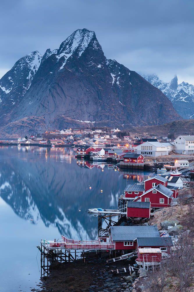 Норвегия, Лофотенские острова Неодно утро мыпровели здесь, в Хамное, смотря наогни просыпающегося города. Впоследнее утро нам повезло: зеркало воды разгладилось нанесколько минут, раскрыв перед нами красоту этого места.  #water_brilliance #water_perfection#longexposure_shots #longexposure #longexposurestyles_gf #longexpoelite #awesome_earthpix #discoverearth #earthpix #beautifulplanett #beyondamazing #wonderful_places #worldshotz #phototag_it #phenomenalshot #travel_captures…
