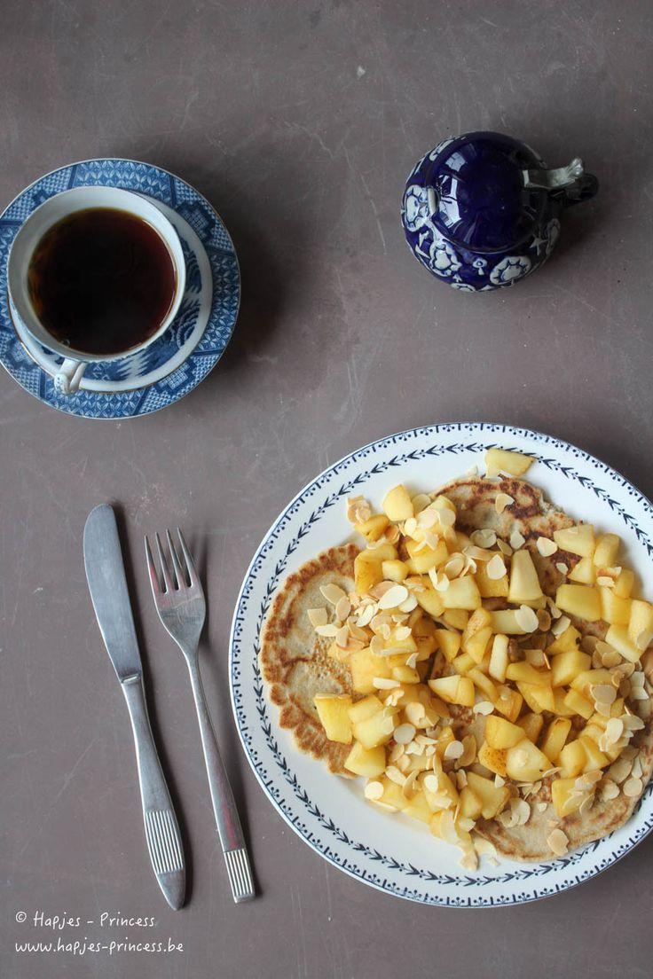 Ontbijtpannenkoeken van Jeroen Meus met boekweit- en amandelmeel. Afgewerkt met gebakken appeltjes en kaneel. Heerlijke gezonde topping voor pannenkoeken. Een lekkere weight-watchers proof recept. Perfect voor hun nieuwe feel-good concept.