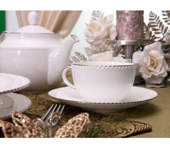 Villa Italia Florian to elegancka kolekcja wykonana z najwyższej jakości cienkiej, delikatnej porcelany typu bone china. W jej skład wchodzą naczynia w przepięknym, mlecznym kolorze zdobione ręcznie na obrzeżach dość grubą linią platyny. Smukły kształt nadaje im lekkości, sprawiając, że kolekcja świetnie komponuje się zarówno z klasyczną aranżacją stołu, jak i ultranowoczesną.  filiżanka