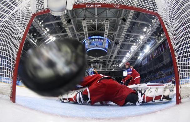 Erről a képről jutott eszembe az írás: Hoki kapuban könnyen sérül a kamera -> http://blog.volgyiattila.hu/?p=21173  A finn csapat második gólja zúg a kapuba az orosz védő Anna Prugova mlltt a Téli Olimpián, Szocsiban. 2014. február 18. Fotó: Martin Rose/Pool/Reuters #fotó #sportfotó #sajtófotó #szocsi #sochi2014 #gyorskorcsolya #bukás #esés #sport  Téli olimpia témájú írások a blogon -> http://blog.volgyiattila.hu/olimpia-szocsi