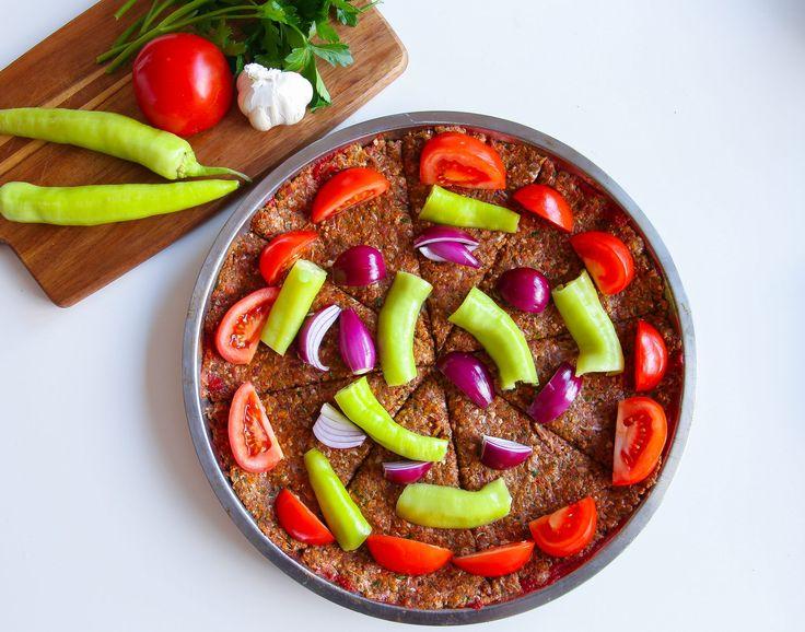 Det finns många olika recept och sätt att tillaga kebab på,du hittar massa goda kebabrecept HÄR! Tepsi kebab är en turkisk version där kebaben tillagas i långpanna. Köttet smaksätts med lök, vitlök,persilja ochkryddor,fantastiskt gott. Tepsi kebab bjuder på vackra färger och läckra smaker. 6 portioner 750 g köttfärs (välj sort efter smak) 1 gul lök 1 paprika (grön eller röd) 3 vitlöksklyftor 1 liten knippe färsk persilja 1 msk paprikapuré (kan uteslutas) 1,5 msk tomatpure till pensling…