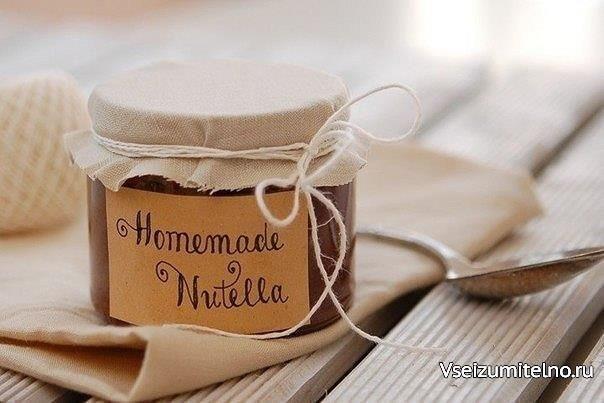 Готовим Nutella дома  Ингредиенты:  Яйца — 2 шт. Сахар — 3 стакана Какао — 2 ст.л. Мука — 4 ст.л. Ванилин — щепотка Лесные орехи — 1 стакан Масло сливочное — 1 ч.л. Молоко — 2 стакана  Приготовление:  Яйца хорошо растереть с сахаром, добавить муку, какао, тертые орехи и сливочное масло и щепотку ванилина, смесь тщательно перемешать, добавить молоко и опять тщательно перемешать. Поставить на маленький огонь.