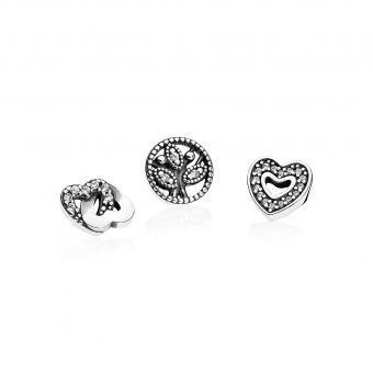 Charms Pandora Miniature Amour & Famille - Témoignez fièrement de votre amour pour vos proches et amis les plus chers en portant ce trio de petits éléments. Composé d'un cœur étincelant, d'un arbre généalogique et de deux cœurs enlacés, il ravira toute heureuse propriétaire d'un médaillon flottant.
