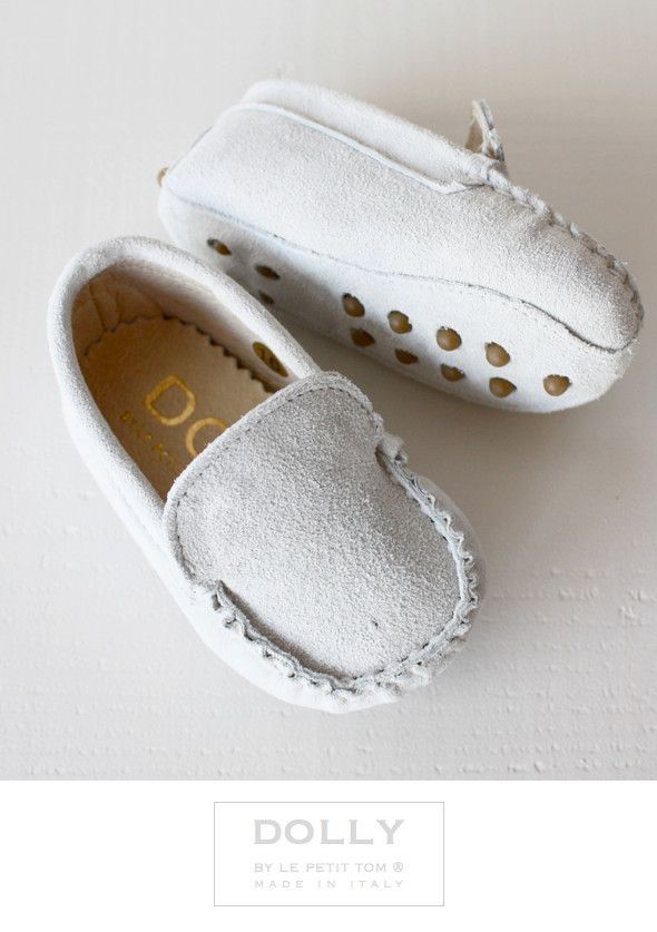 DOLLY by Le Petit Tom ® BABY MOCCASIN 5MO BIANCO WHITE SUEDE + Leather lining. Just like little Doll shoes. Classic Moccasin. Exclusieve Italiaanse witte babyschoentjes van echt suede leer en leer gevoerd. Rubberen nopjes onder de zool.Handmade in Italy    DOLLY Mocs are comfortable & cute!