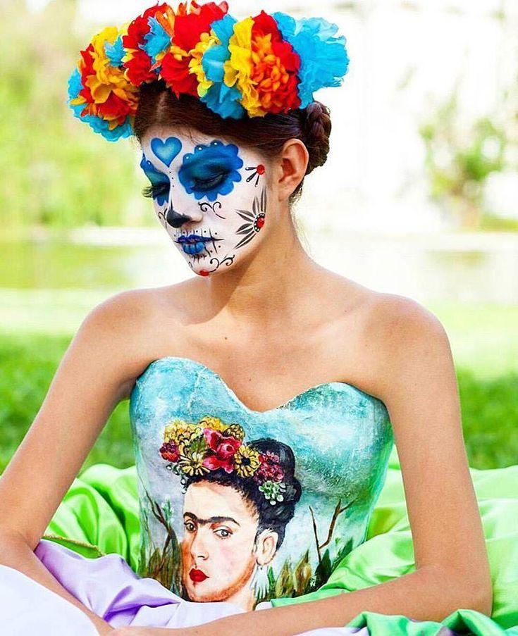 Красивый макияж в стиле сахарных черепов, созданный для празднования Дня мертвых