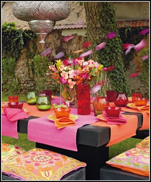 Outdoor party flowers garden dining entertaining for Outdoor table decor ideas