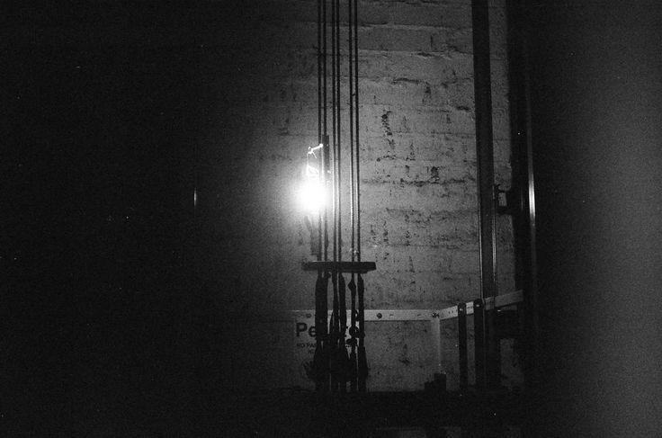 Un metro de mi puerta. . . . . #elevator #shadow #light #underground #black #blackandwhite #bw #blancoynegro #film #35mm #fomapan #mamiya #lightbulb #mechanics #jeweler #photography #analogue #analoguephotography #grain #caution #analoga #mde #medellin #door #city #street #streephotography #dark #under #fotografia