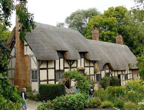 Старинный дом в тюдоровском стиле. В этом доме жила Энн Хэтэуэй, жена Уильма Шекспира дом в тюдоровском стиле