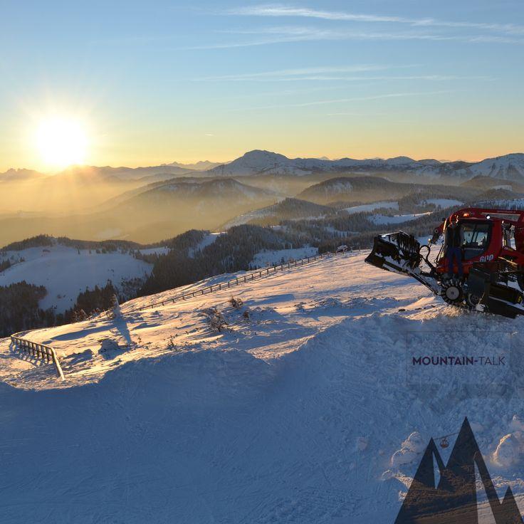 #Pistenfahrzeug PB 600 W auf dem Gipfel der #Gemeindealpe #Mitterbach, dahinter ein wunderschöner Sonnenuntergang. #mountaintalk #Photooftheday #potd #pistenbully ©Caroline Abl