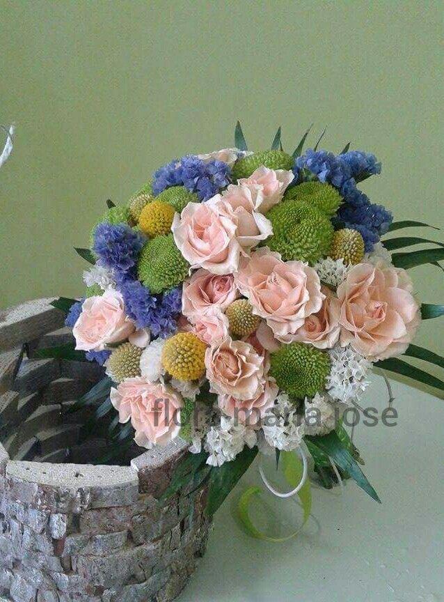 Ramo para novias desenfadadas con toques azules, verdes, amarillos, blancos y rosas...