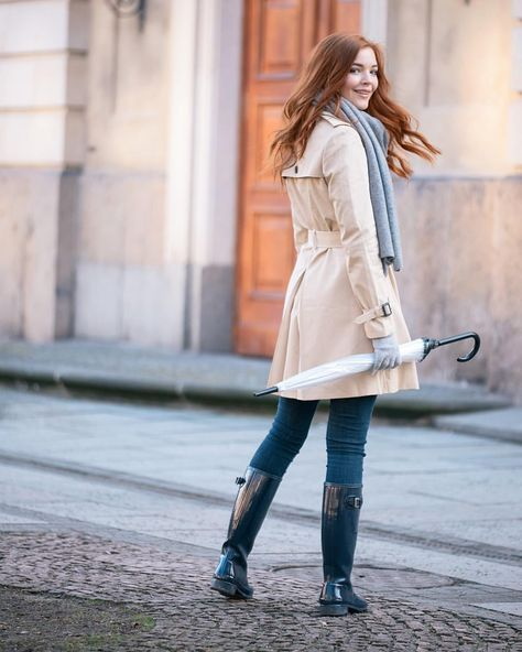 Find my five classic rainy day fashion essentials that lighten up every grey day on magnoliacharles.com  @jackwills @hunterboots #rainydayoutfit #classictrenchcoat