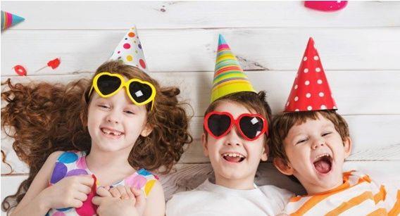 COME ORGANIZZARE UNA FANTASTICA FESTA PER BAMBINI IN MODO SEMPLICE ED ECONOMICO, ad esempio la stanza con palloncini colorati e delle bandierine. http://super-mamme.it/2017/08/02/organizzare-fantastica-festa-bambini-modo-semplice-ed-economico/