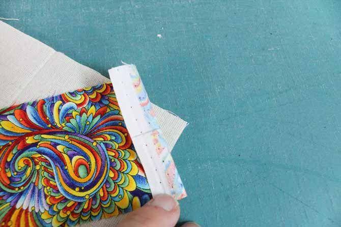 Uma linha de lápis na parte de trás da tira de ajuda a alinhar a tira com os cantos de fundação