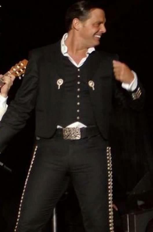 Luis Miguel. Mexicano hasta las cachas. Así si baila mi'ja con el señor ;)