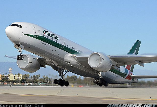 Alitalia Boeing 777-243/ER with engine condensation