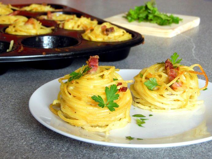 Spaghetti mal anders: Spaghetti Muffins Schwarzwälder Art, mit herzhaftem Schinken, frischer Petersilie und feiner Sahnesoße. Einfach superfein!!