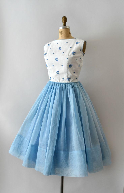 Vintage jaren 1950 jurk, mooie geborduurde bosbessen op een wit pique katoen bodice, de brede vierkante hals, de tank stijl mouw, uitgerust taille, zeer volledige hemelsblauwe organdy rok, volledig gevoerd, verborgen zijkant metalen rits.  ---M E EEN S U R E M E N T S---  Pasvorm/maat: M  Bust: 38 Taille: 28 Heupen: gratis Lengte: 44.5 Schouder aan taille: 17   Maker/merk: geen gevonden Voorwaarde: uitstekend  - - - - - - - - - - - - - - - - - - - - - - - - - -  Instagram: sweetbee...