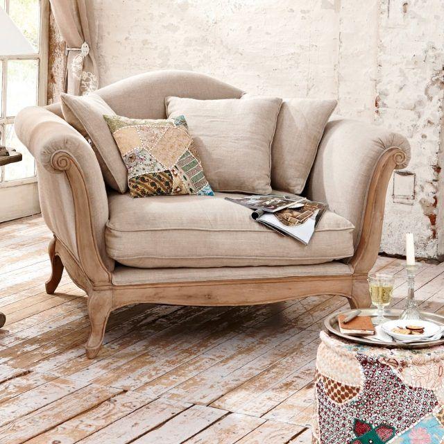 un fauteuil en bois et textile beige dans le style vintage