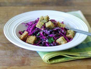 Салат из красной капусты с фасолью и гренками