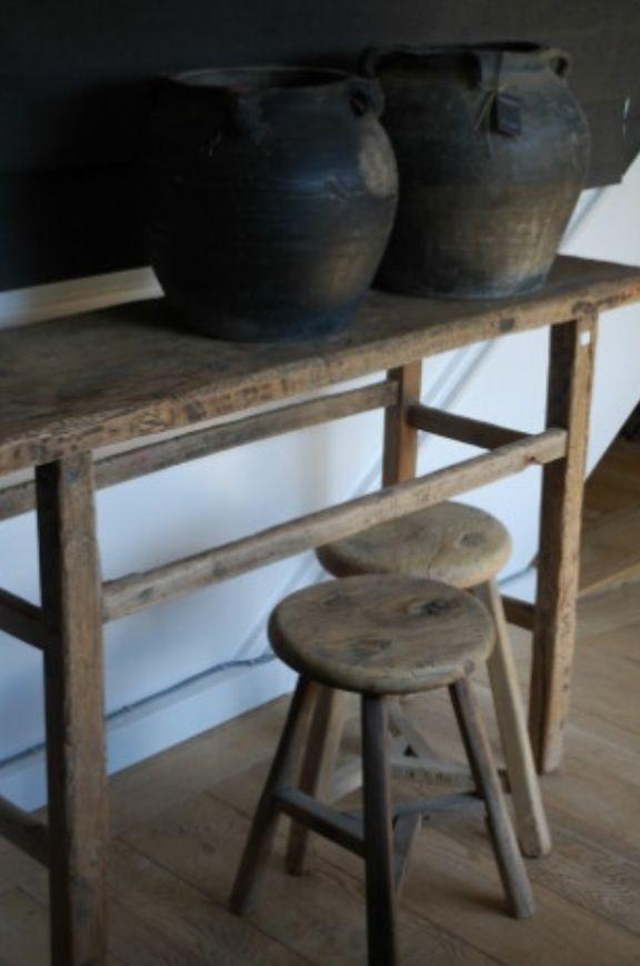 Prachtige potten van Aura Peeperkorn en stoere krukjes van oud hout. Love it.