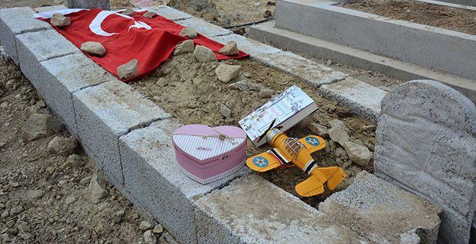 Diyarbakır'da PKK'nın bombalı saldırısında yaşamını yitiren 5 kişiden biri olan 23 yaşındaki Derya Yıldırım'ın evlilik hazırlığı yaptığı Hanifi Çalışkan mezarına doğum günü nedeniyle hediyeler bırakıp dua etti.
