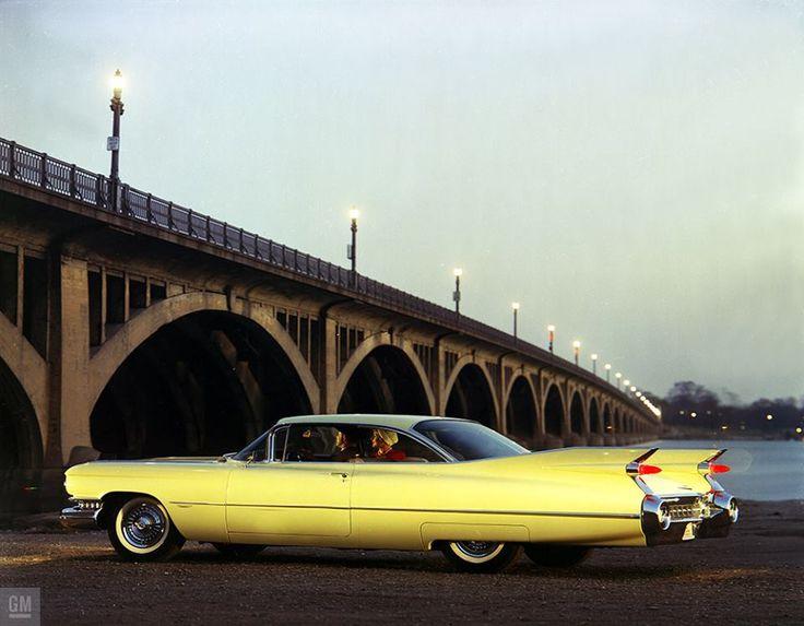 Cadillac 1959 devant le pont de Belle Isle à Detroit - GMPhotoStore via Dealerships Vintage Automobile et Automobilist.