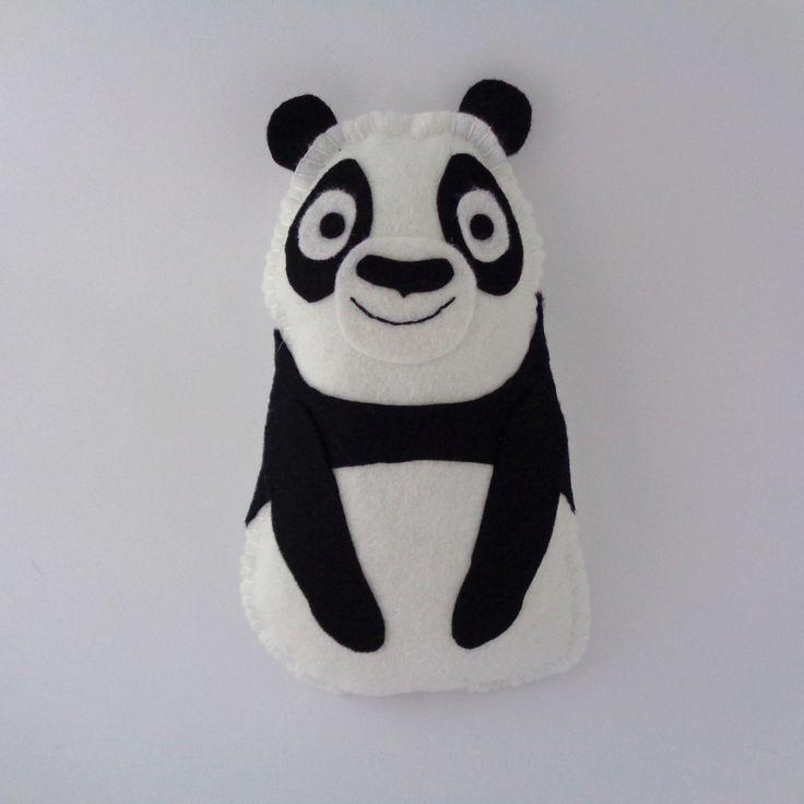 Panda+-+polštářek+Vyrobena+z+filcu+(plsť),+vyplněna+dutým+vláknem.+Výška:+cca+18+cm+Šířka:+cca+10+cm