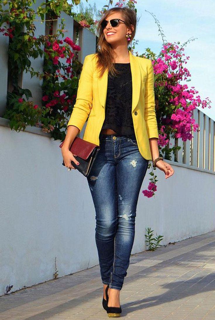 Conjunto americana amarilla, pantalones tejanos y camiseta negra
