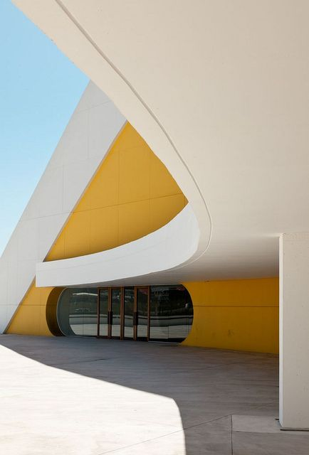 Oscar Niemeyer yellow