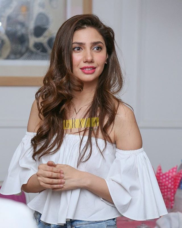 Dare to go bare this summer at least on your shoulders? We love this look, what do you think? #graziapak #graziapk #trends #stylefiles #mahirakhan