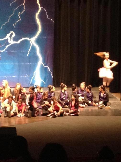Foto fue tomada por una madre durante acto escolar.. La bailarina no se encontraba en el lugar... Miren sus piernas..