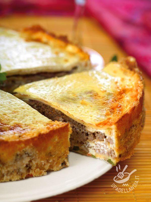 La Torta salata con salsiccia e stracchino, ottima torta rustica, è un piatto unico se accompagnata con un buon contorno di verdure di stagione.