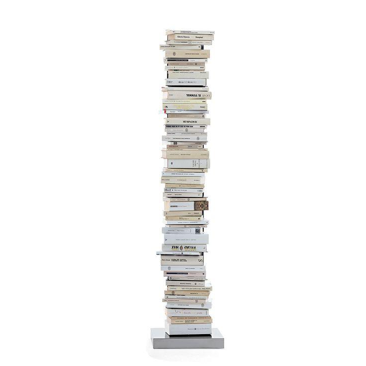 """Articolo: PTOLOMEO160WWDalla collaborazione tra Flavia Ciatti e il noto designer Bruno Rainaldi, è nata l'idea di Ptolomeo, diventata poi uno dei best seller dell'azienda e che è valsa al suo ideatore il premio """"Compasso d'oro 2004″. Ptolomeo è una libreria in metallo dalla forma molto particolare, nata da un'idea innovativa; in un casa dove di lettura ci si nutre le pile di libri non mancano mai: si accumulano sui tavoli, a terra, accanto al letto, sui comodini e persino nelle librerie…"""