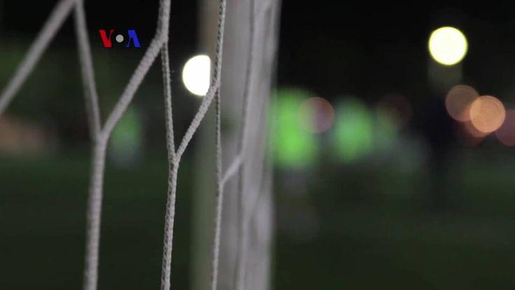 Semua bermula dari sekelompok pemuda di kamp pengungsian yang bermain bola. Berkat dukungan tokoh sepakbola nasional, kini para pemain Hope Refugees United siap menggapai mimpi, bertanding dengan tim-tim besar Yunani. Ikuti liputan tim VOA dari Athena, Yunani.  Di YouTube: https://youtu.be/1p9Kkit4Bb8