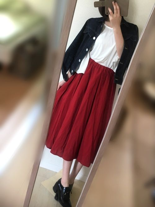cepoの赤スカートは後ろが少し長めで ふわふわしててお気に入り◎ 白トップスにGジャンでシンプルに
