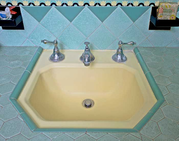 379 best Vintage bathroom images on Pinterest | Vintage bathrooms ...