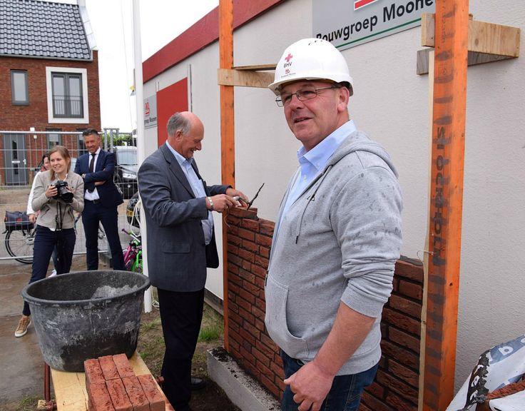 Wethouder Ron Dujardin metselde op 18 mei  het eerste muurtje van nieuwbouwproject De Buitentuinen in woonwijk Schoenmakershoek in Eten-Leur-Noord. Voor alle kopers: heel veel woongenot straks in deze prachtige woonwijk.