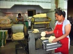 Una maquina tortilladora,en las grandes ciudades asi se hacen las tortillas y pueden ser de maseca o de puro maiz.En mi pueblo tienen mucho exito las que  las hacen con maiz.