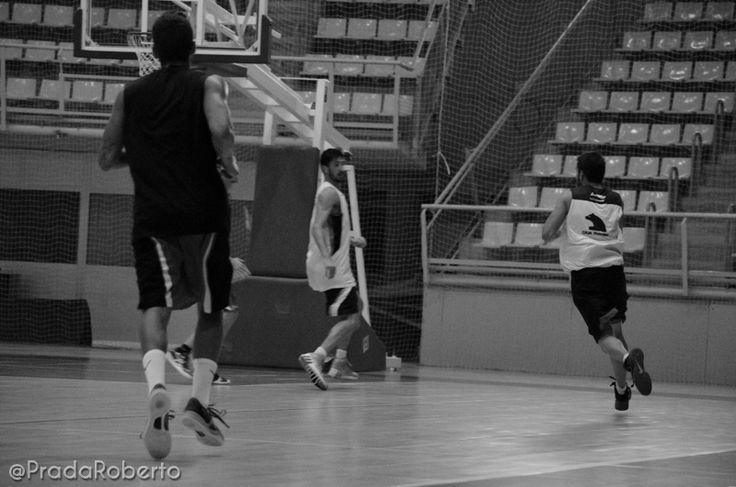 Contra y lanzamiento (2). Sergio Vidal ataca el aro. Se interponen Marín y Adriasola. 29 de agosto #baloncesto #AdeccoPlata #Lucentum #Alicante #basket