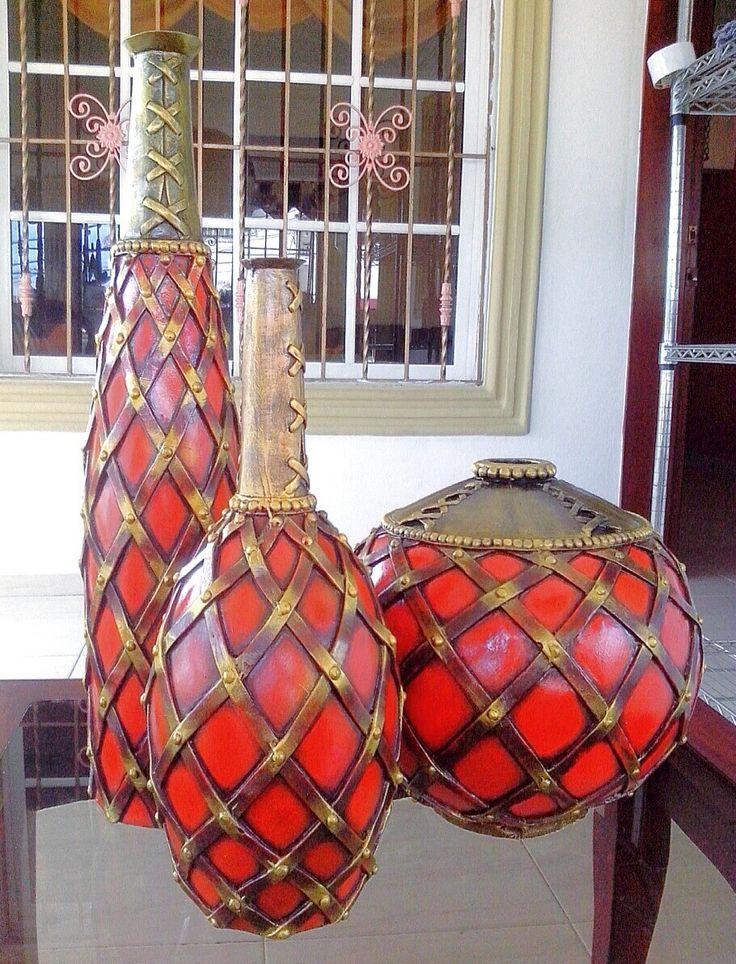 Trio de Botellas con diseno de cuadros, hechas de resina y pintada en tonos naranja, negro, chocolate y oro. Ideal para mesa de muebles, esquina o repisa