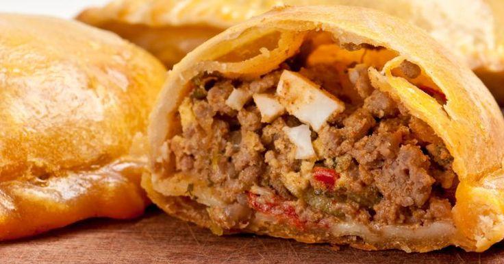 As empanadas são bem populares na culinária hispânica. Quem já visitou a Argentina sabe que esta iguaria, irmã do nosso pastel, está presente em todos os bares e restaurantes e são muito deliciosas. Para quem já comeu e quer fazer a receita em casa e para quem q