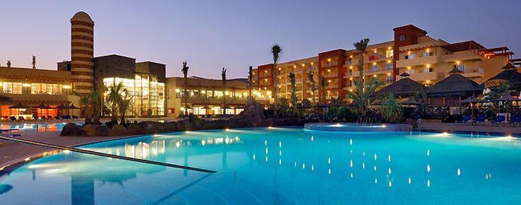 Piscina en Fuerteventura, Elba Carlota Beach & Convention Hotel, la noche se refleja en el agua.www.hoteleselba.com